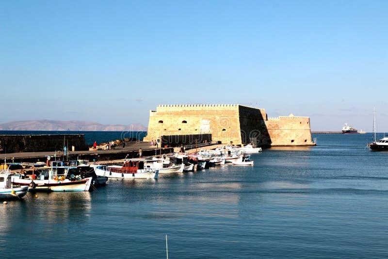 Vista del puerto de Heraklion del fuerte veneciano viejo Koule, Creta, Grecia imagen de archivo