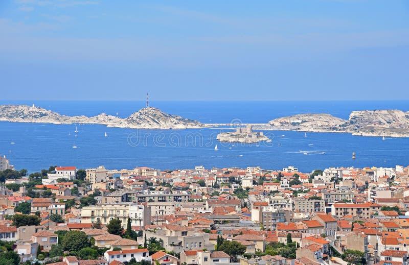 Vista del puerto deportivo y del castillo franc?s d de Marsella si imagen de archivo libre de regalías