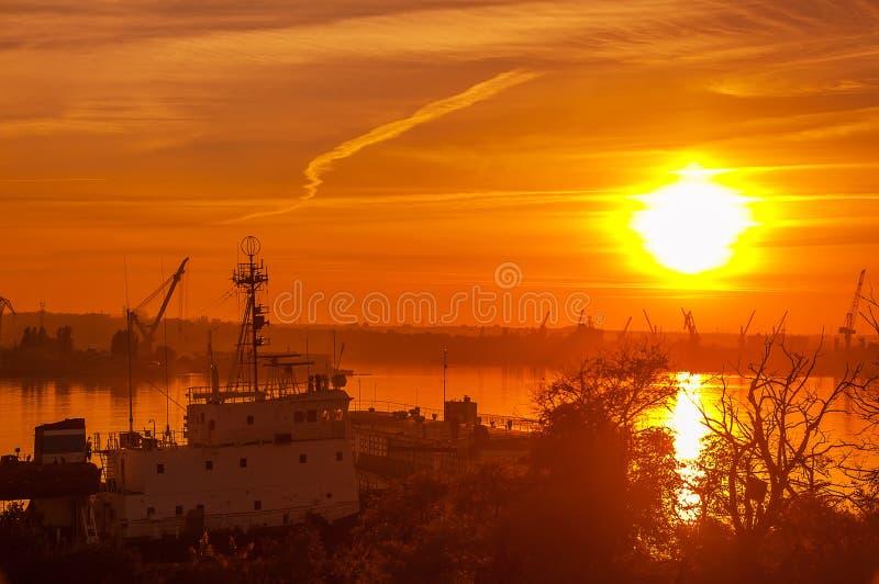 Vista del puerto en la puesta del sol foto de archivo libre de regalías