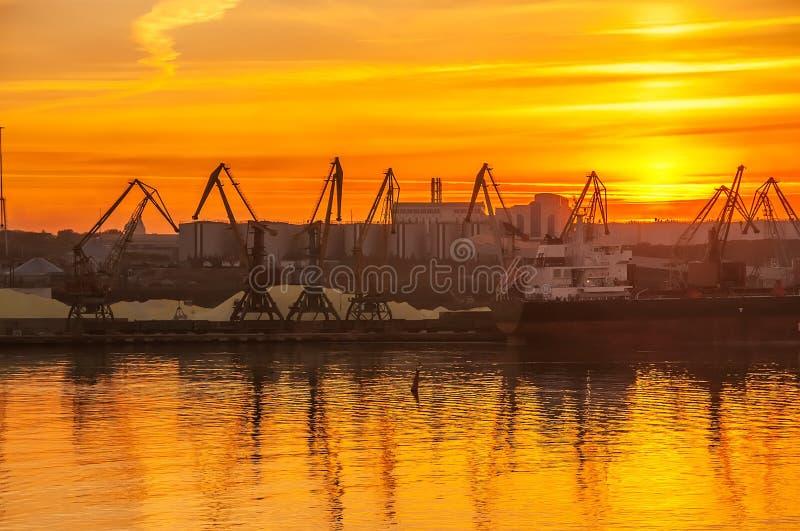 Vista del puerto en la puesta del sol imagen de archivo