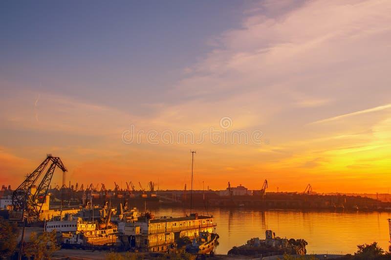 Vista del puerto en la puesta del sol fotos de archivo libres de regalías