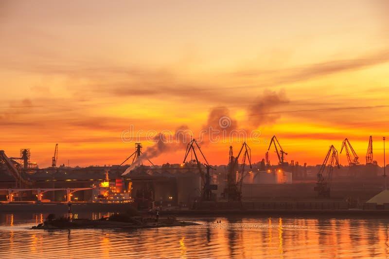 Vista del puerto en la puesta del sol foto de archivo