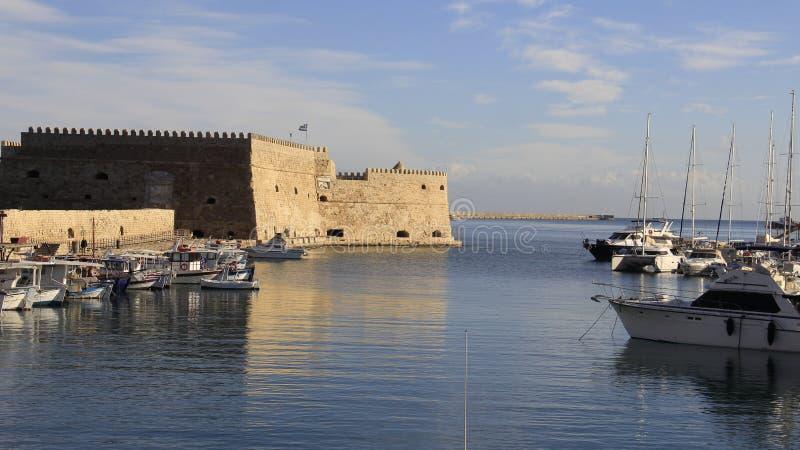 Vista del puerto y del castillo venecianos fotos de archivo