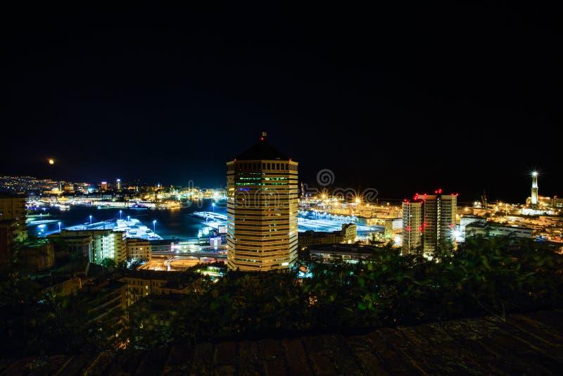 Vista del puerto y del faro por noche, Génova, Italia de Génova de Lanterna fotos de archivo