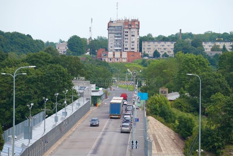 Vista del punto de control ruso del ` internacional de Ivangorod del ` de la transición del límite del automóvil en la tarde nubl imagenes de archivo