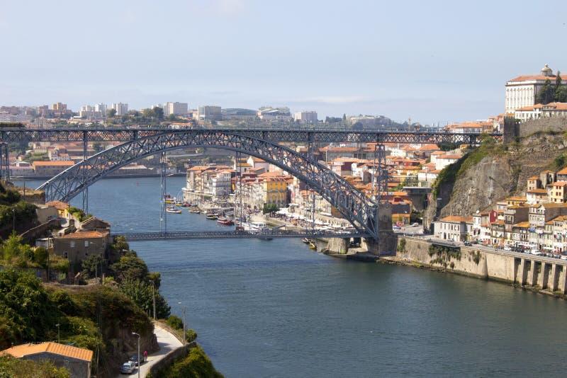 Vista del punto di riferimento Luis Bridge a Oporto, Portogallo durante il giorno fotografie stock