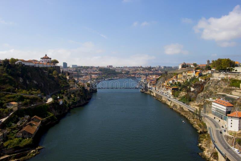 Vista del punto di riferimento Luis Bridge a Oporto, Portogallo durante il giorno immagini stock