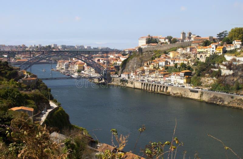 Vista del punto di riferimento Luis Bridge a Oporto, Portogallo durante il giorno immagine stock