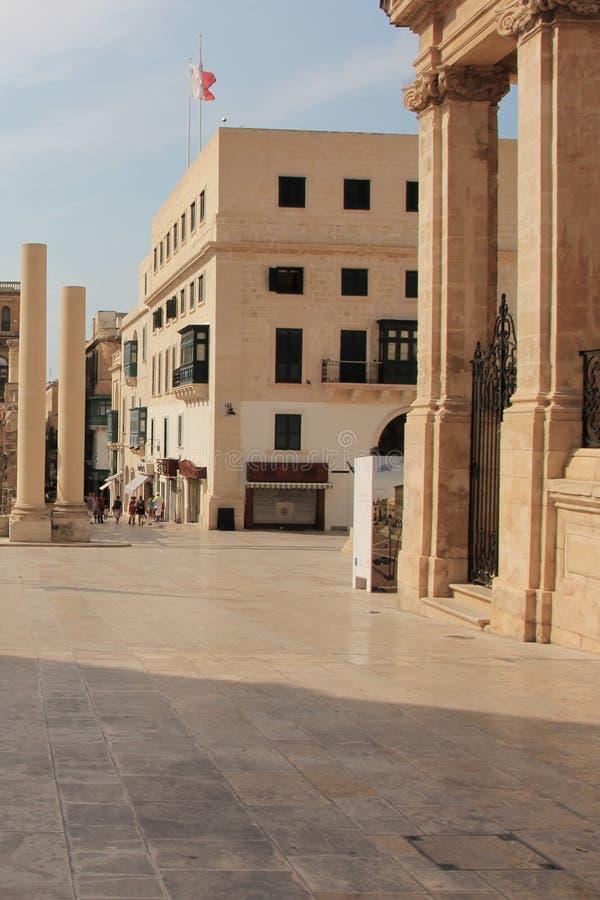 Vista del quadrato al teatro distrutto dai tedeschi a La Valletta, Malta fotografia stock