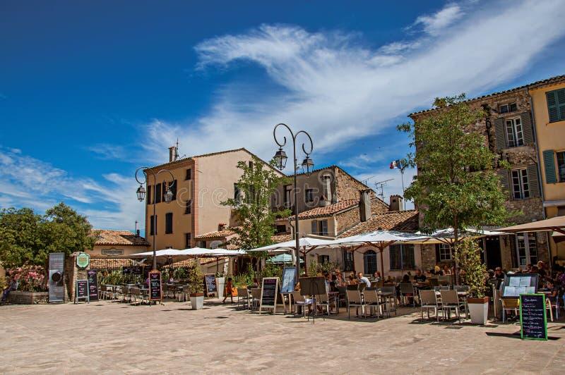 Vista del quadrato con i ristoranti in Haut-de-Cagnes fotografia stock libera da diritti