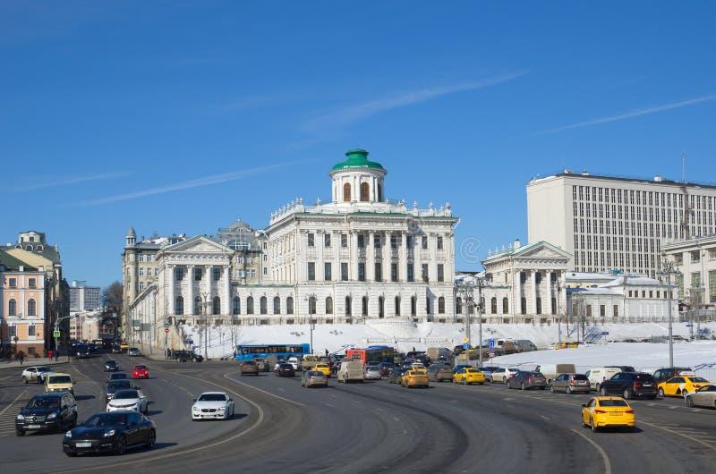 Vista del quadrato di Borovitskaya e della casa di Pashkov a Mosca, Russia fotografia stock