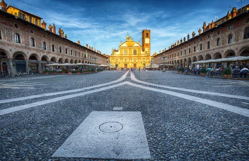 Vista del quadrato di Ducale con la chiesa di Ambrogio in Vigevano al tramonto, provincia di Pavia, Italia immagine stock