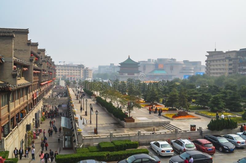 Vista del quadrato vicino al campanile in Xian fotografia stock libera da diritti