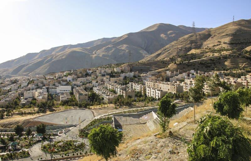 Vista del quartiere residenziale di Teheran con le montagne di Alborz fotografia stock