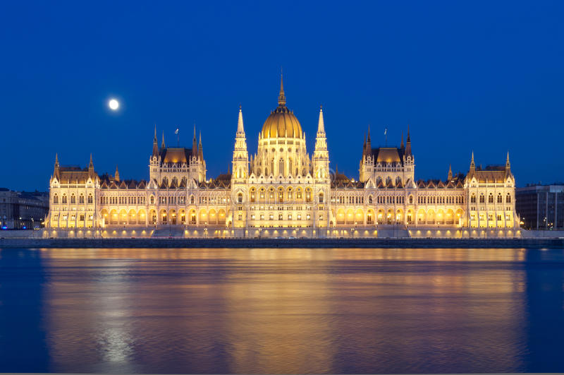 Vista del río Danubio y del edificio húngaro del parlamento, Budapest, Hungría imagen de archivo