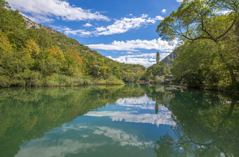 Vista del río de Cetina alrededor de la ciudad de Omis Almissa, barrancos/río/verde/montañas de Dalmacia, Croacia imagenes de archivo