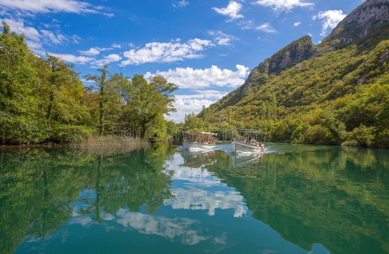 Vista del río de Cetina alrededor de la ciudad de Omis Almissa, Dalmacia, Croacia Europecanyons/río/verde/montañas imagen de archivo libre de regalías