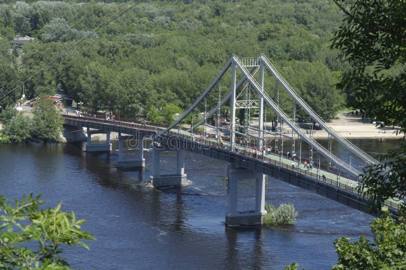 Vista del río de Dnieper, puente peatonal foto de archivo libre de regalías