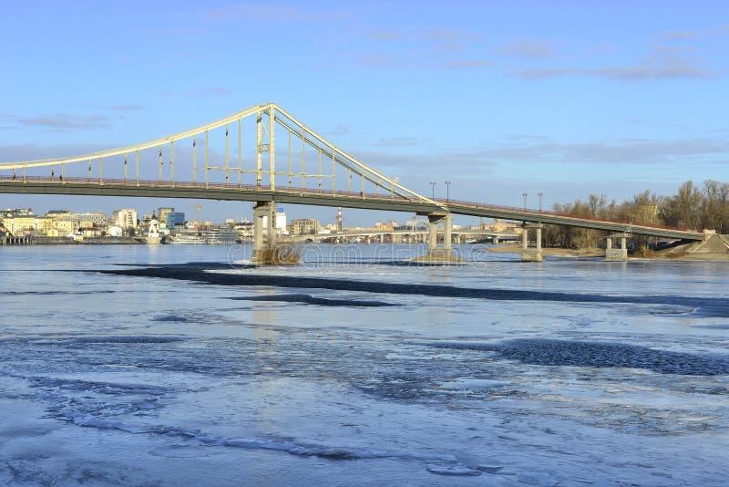 Vista del río de Dnieper y de una pasarela foto de archivo