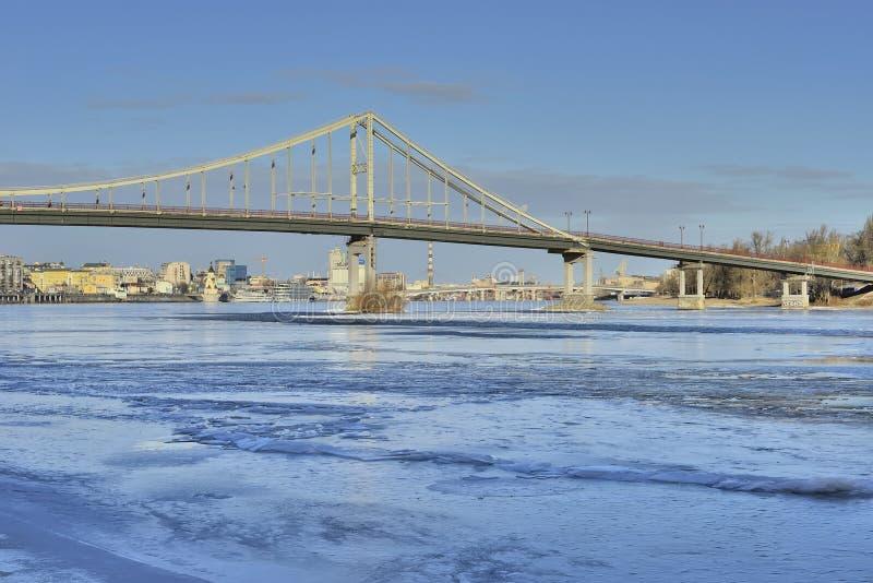 Vista del río de Dnieper y de una pasarela imágenes de archivo libres de regalías