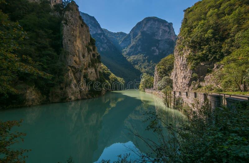 Vista del río de la montaña en Italia imagenes de archivo