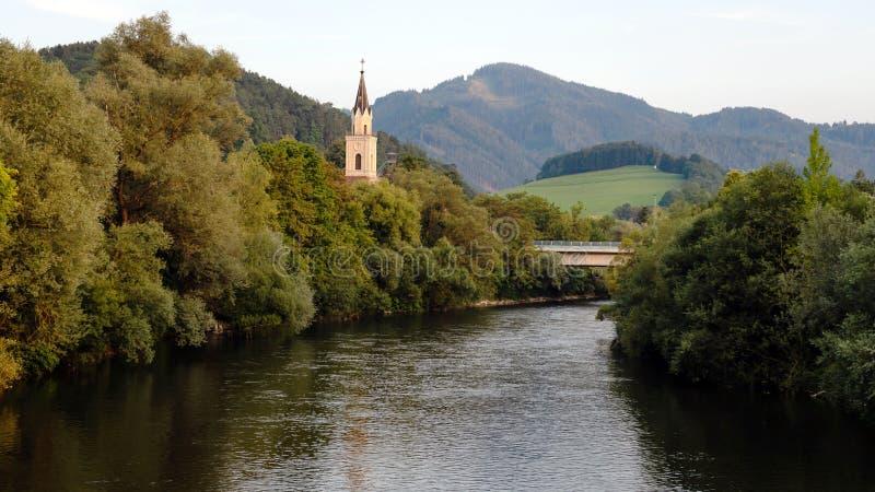 Vista del río de la MUR con la iglesia en Leoben, Austria imagenes de archivo