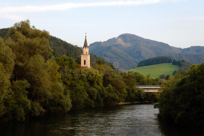 Vista del río de la MUR con la iglesia en Leoben, Austria fotografía de archivo libre de regalías