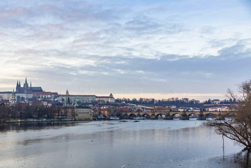 Vista del río de Moldava, de Charles Bridge y del St Vitus Cathedral en Praga fotos de archivo libres de regalías