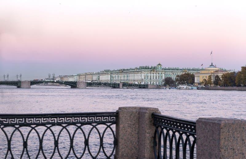 Vista del río de Neva y del palacio del invierno en St Petersburg a imágenes de archivo libres de regalías