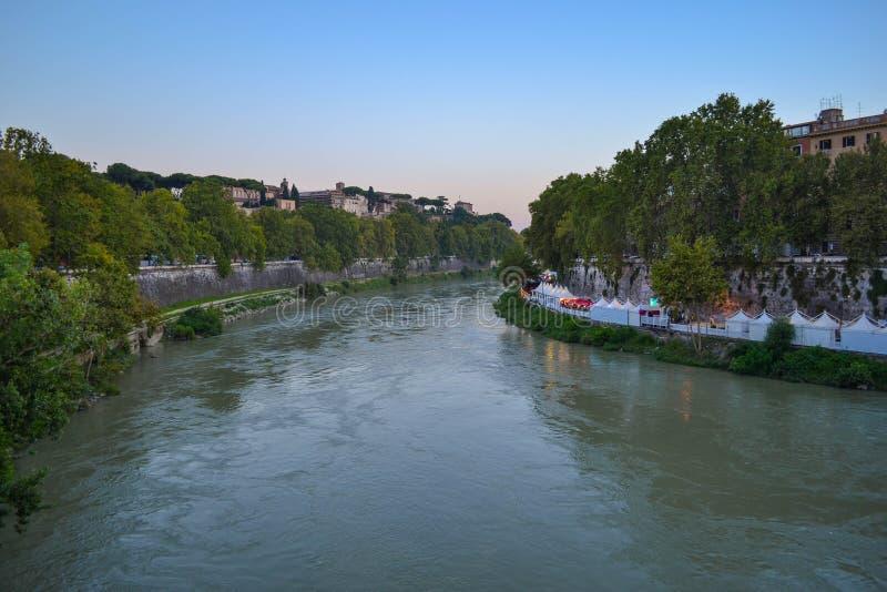 Vista del río de Tíber de Ponte Palatino en Roma, Italia Ri de Tíber fotografía de archivo libre de regalías