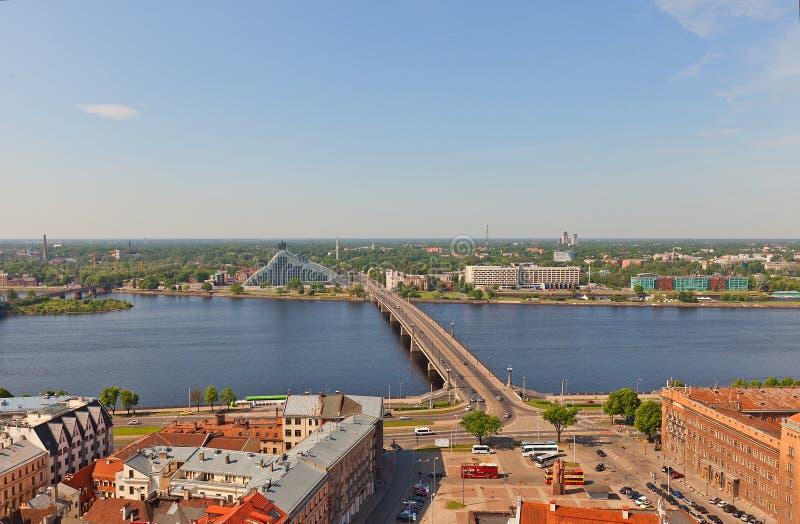 Vista del río del Daugava en Riga, Letonia foto de archivo libre de regalías