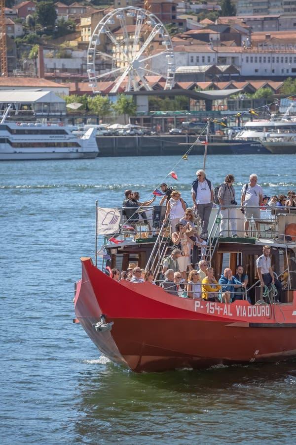 Vista del río el Duero, con la navegación recreativa del barco, interior de la gente en viajes turísticos imagen de archivo libre de regalías
