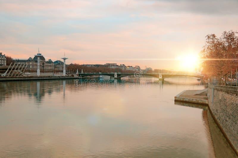 Vista del río Rhone en la puesta del sol Lyon Francia fotografía de archivo libre de regalías