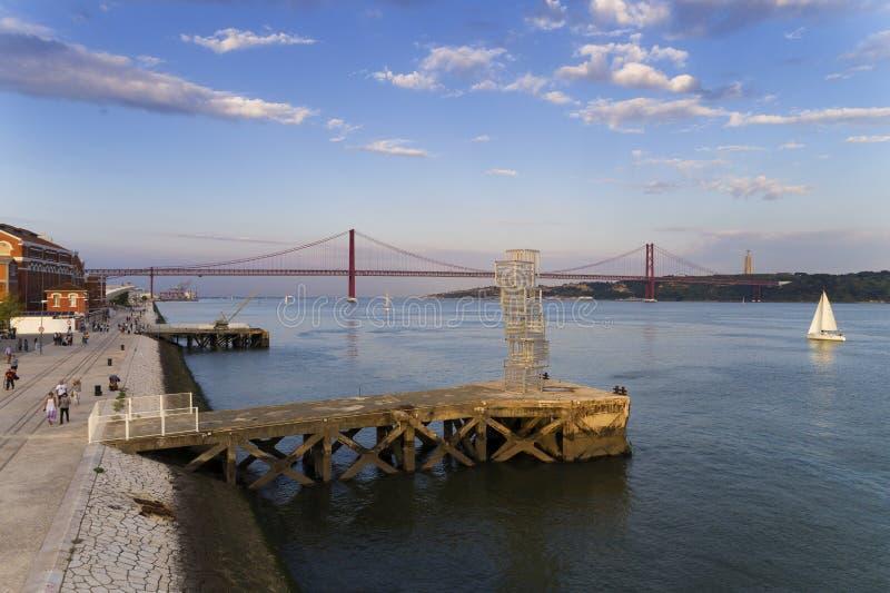 Vista del río Tagus Rio Tejo y los 25 de April Bridge en el fondo en la ciudad de Lisboa, Portugal; imagen de archivo