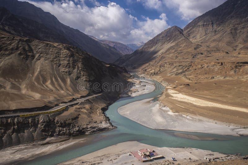 Vista del río y cordillera contra cielo azul con nubes imágenes de archivo libres de regalías