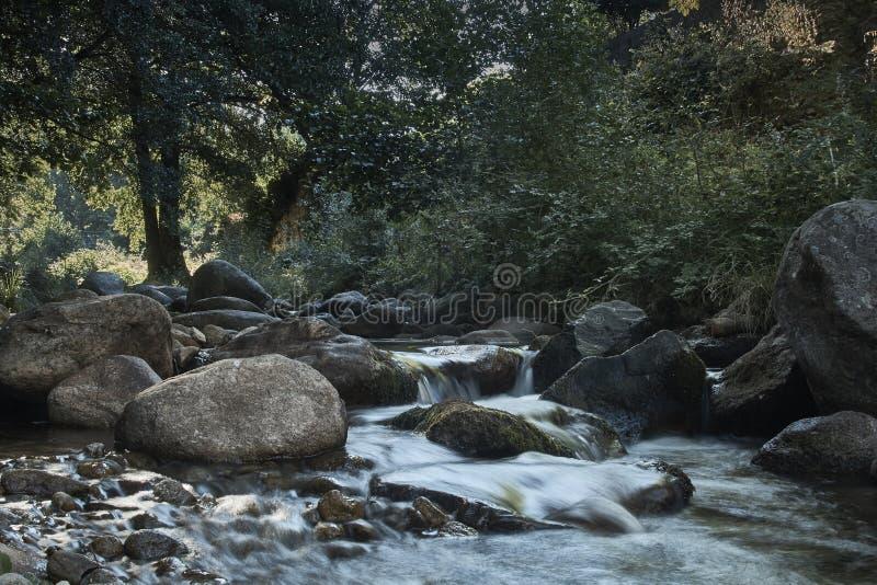 Vista del río y de cantos fotos de archivo