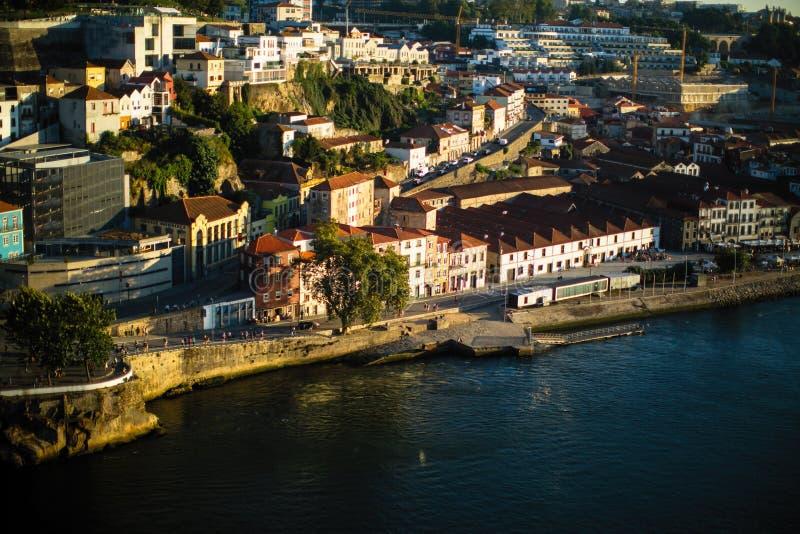 Vista del río y de las casas del Duero en el centro histórico de Oporto imágenes de archivo libres de regalías
