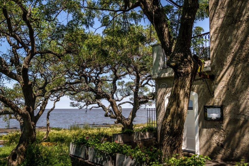 Vista del río y del edificio - del Sacramento, Uruguay de La Plata de Colonia imagenes de archivo