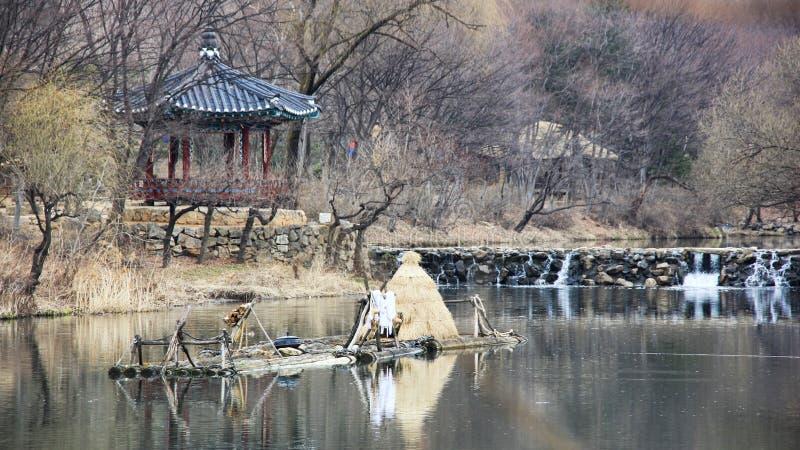 Vista del río y del pabellón coreano tradicional en una primavera temprana del museo del pueblo popular vivo de Minsokchon, Yongi fotografía de archivo libre de regalías