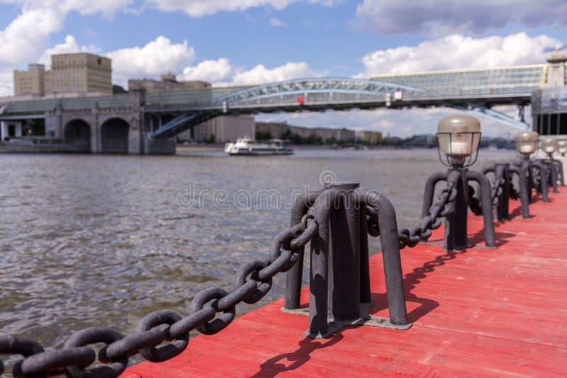 Vista del r?o de Mosc? Nave y puente del río La agudeza de la cadena imagen de archivo libre de regalías
