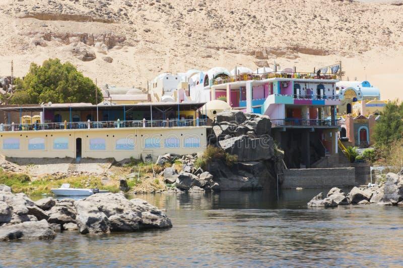 Vista del r?o el Nilo en Asu?n Egipto con la casa de Nubian en riverbank foto de archivo libre de regalías