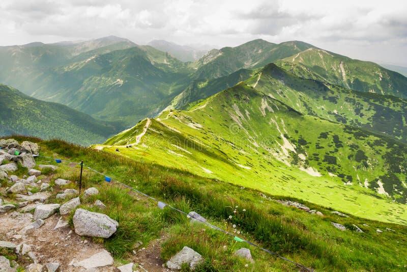 Vista del rastro en los tops de la montaña foto de archivo