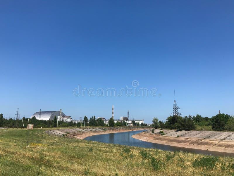 Vista del reactor 4 de la cubierta de la bóveda y el resto de los reactores en la central nuclear de Chernóbil en Ucrania fotos de archivo libres de regalías