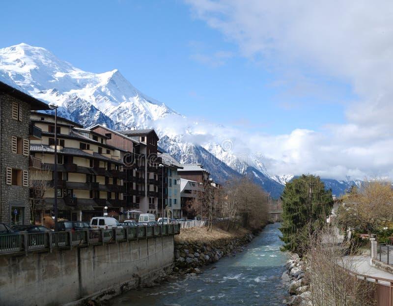 Vista del resorte Chamonix con el río de la montaña fotos de archivo libres de regalías