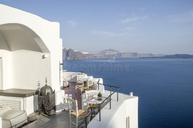 Vista del restaurante al aire libre vacío en la costa en Oia, Santori foto de archivo libre de regalías