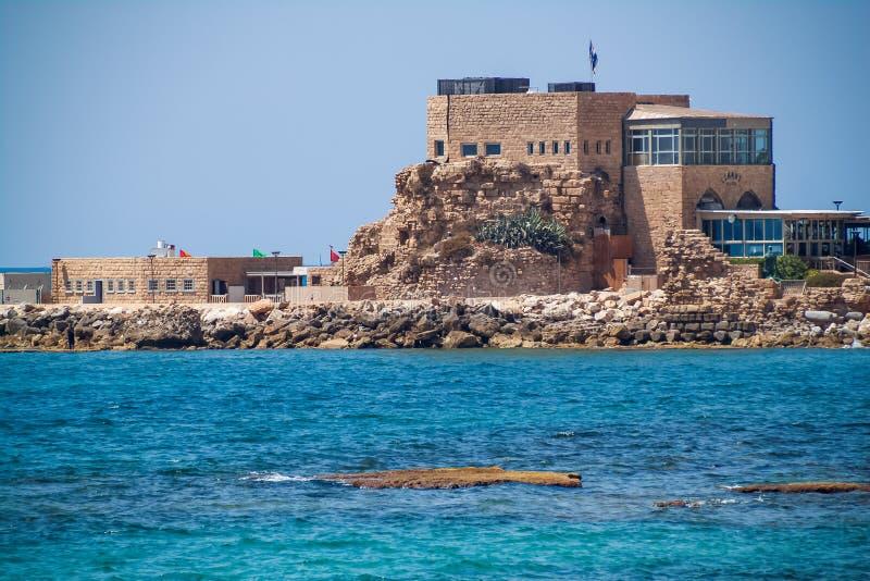 Vista del restaurante en el puerto de Caesarea Maritima, construido en el emplazamiento de la antigua ciudadela de la época de Cr imagenes de archivo