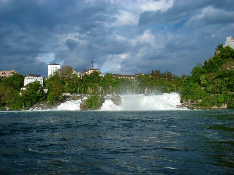 Vista del Rhine Falls Son una de las cascadas más grandes y más conocidas de Europa Localizado en Suiza muy cercana a fotografía de archivo