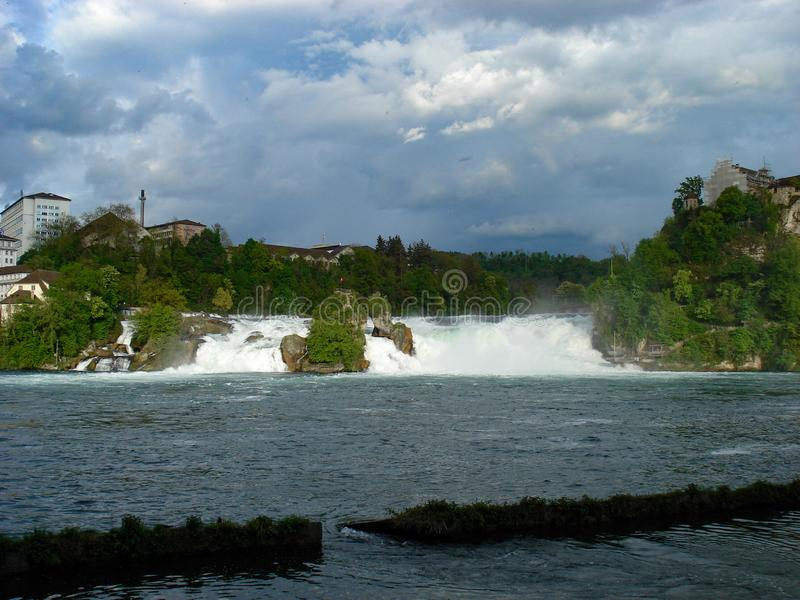 Vista del Rhine Falls Son una de las cascadas más grandes y más conocidas de Europa Localizado en Suiza muy cercana a fotos de archivo libres de regalías
