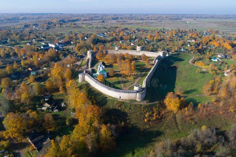 Vista del rilevamento aereo medievale della fortezza di Izborsk Vecchio Izborsk, Russia fotografie stock