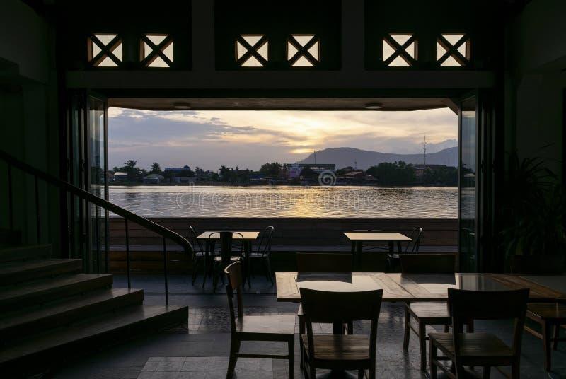 Vista del ristorante della barra della riva del fiume al tramonto nella città Cambogia del kampot fotografie stock libere da diritti